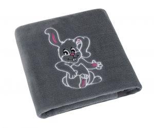 Jemne zamatová detská prikrývka v šedej farbe s výšivkou zajačika, | rozmer 75x100 cm.